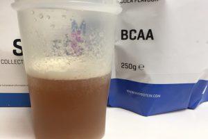 BCAA「コーラ味(COLA FLAVOUR)」を横から撮影した様子