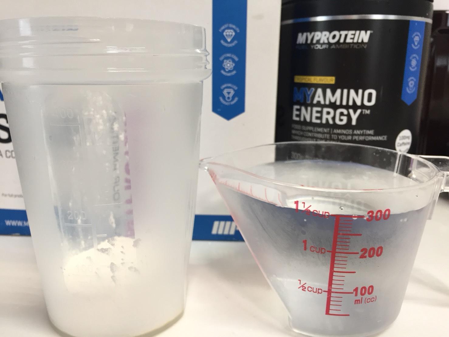 MYアミノエナジー「TROPICAL FLAVOUR(トロピカル味)」を300mlの水に溶かします。