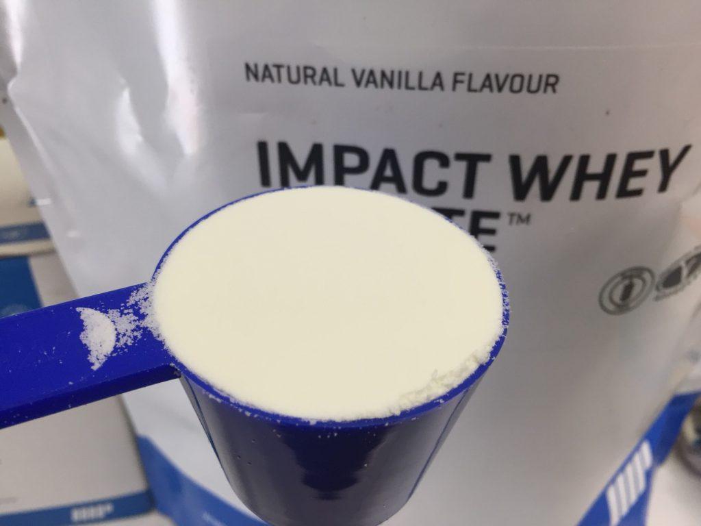 【WPI】Impactホエイアイソレート「NATURAL VANILLA FLAVOUR(ナチュラルバニラ味)」のスプーン摺り切り一杯の様子