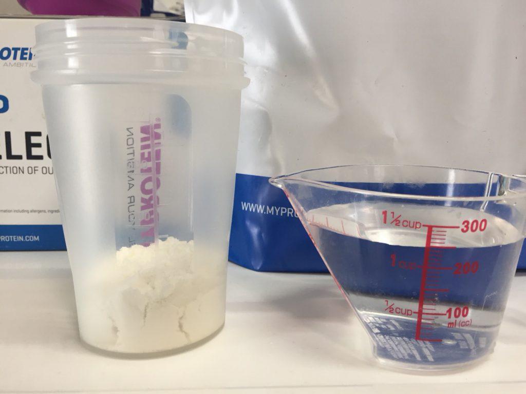 【WPI】Impactホエイアイソレート「NATURAL VANILLA FLAVOUR(ナチュラルバニラ味)」を250mlの水に溶かします。