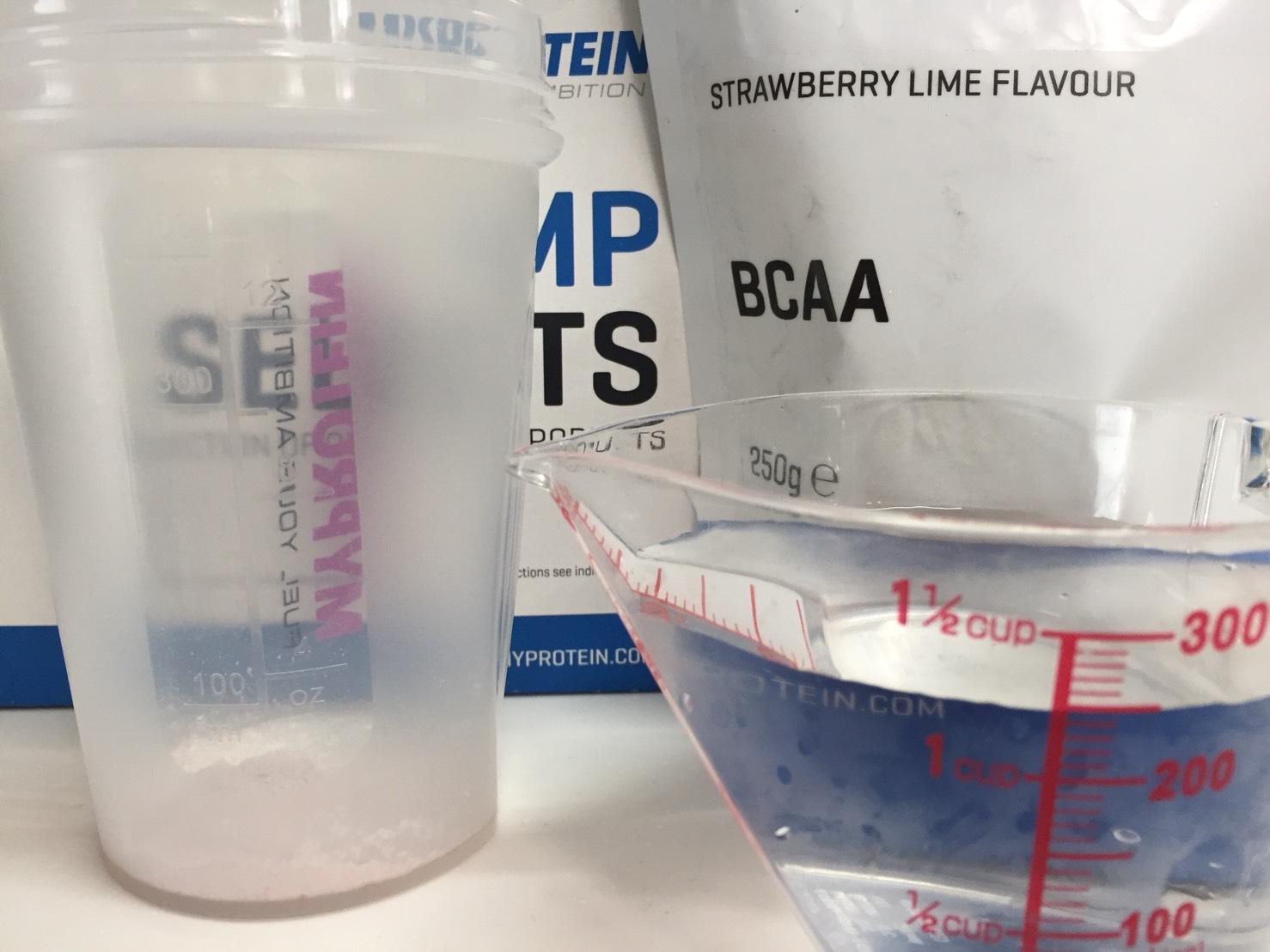 BCAA「ストロベリーライム味(STRAWBERRY LIME FLAVOUR)」を250mlの水に溶かします。