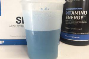 マイプロテインのMYアミノエナジー「BLUE RASPBERRY FLAVOUR(ブルーラズベリー味)」を横から撮影した様子