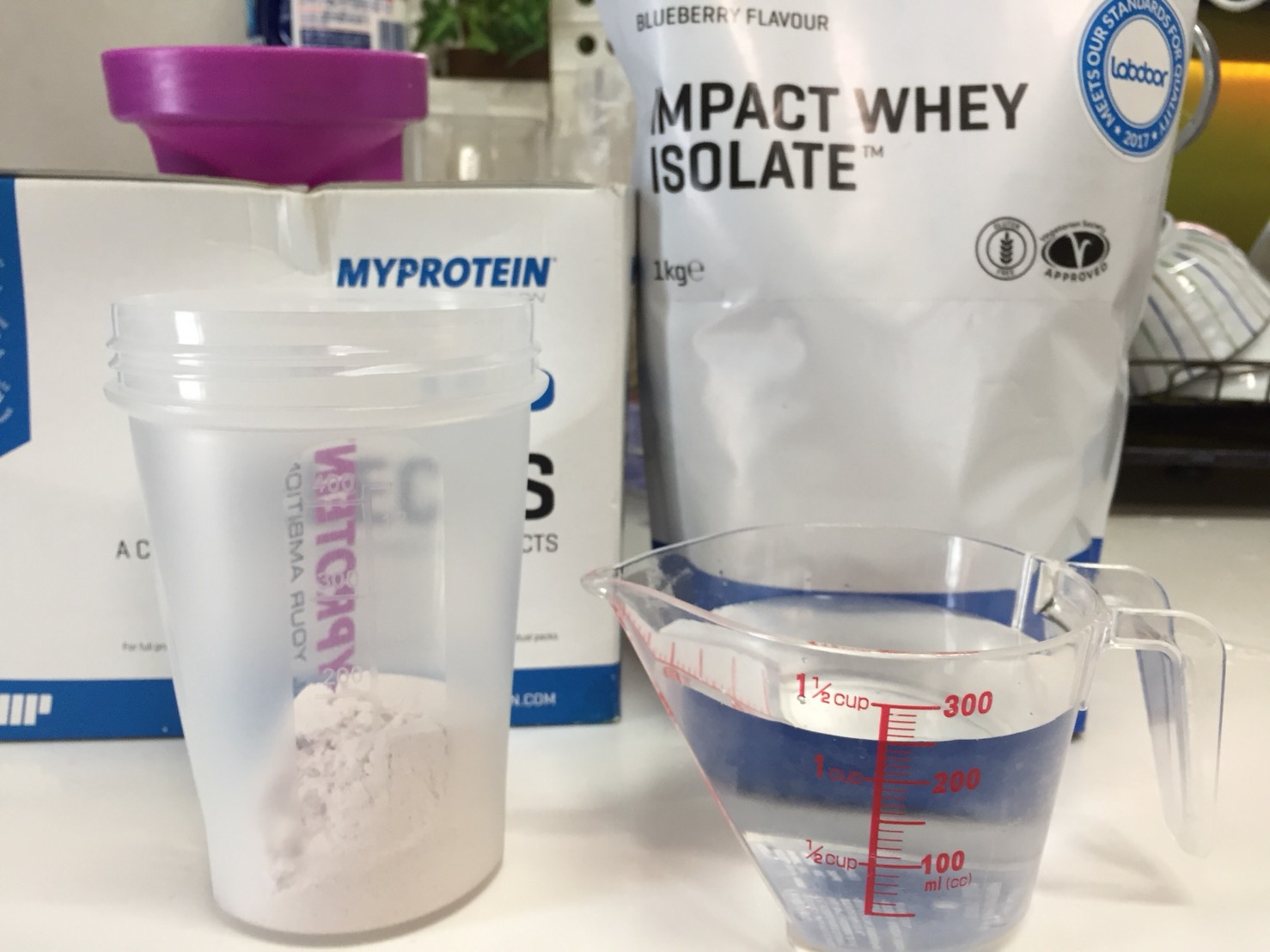 【WPI】Impactホエイアイソレート「BLUEBERRY FLAVOUR(ブルーベリー味)」を250mlの水に溶かしていきます。