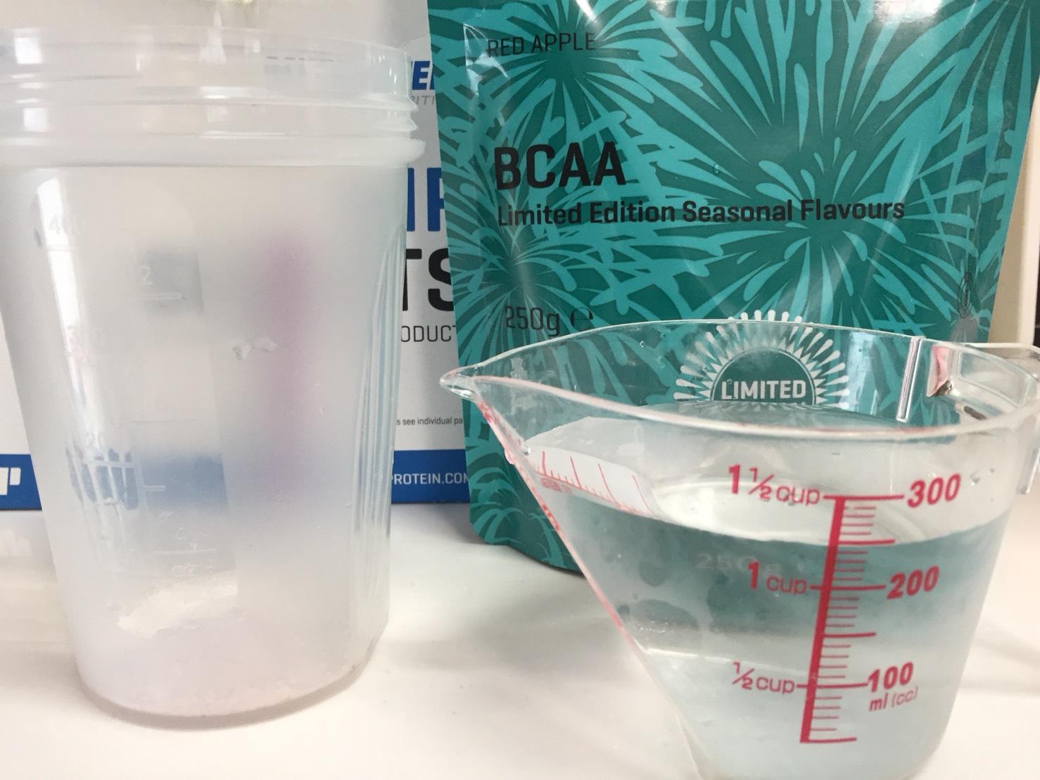 BCAAサマーフレーバー「RED APPLE(レッドアップル味)」を250mlの水に溶かします。