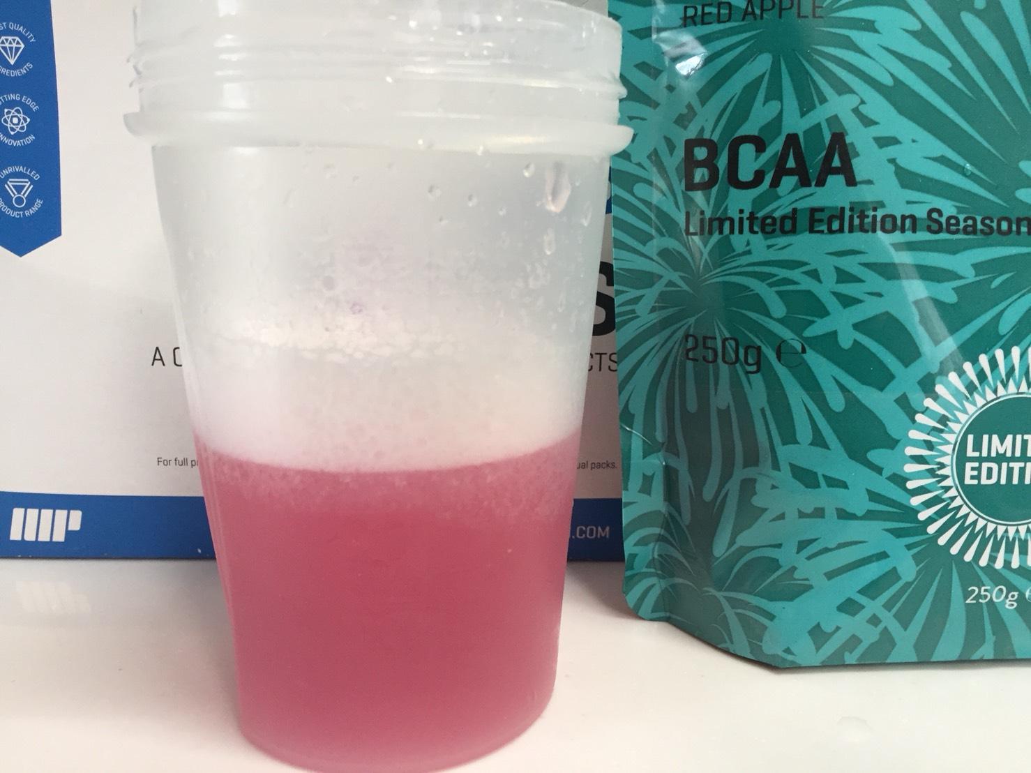 BCAAサマーフレーバー「RED APPLE(レッドアップル味)」を横から撮影した様子