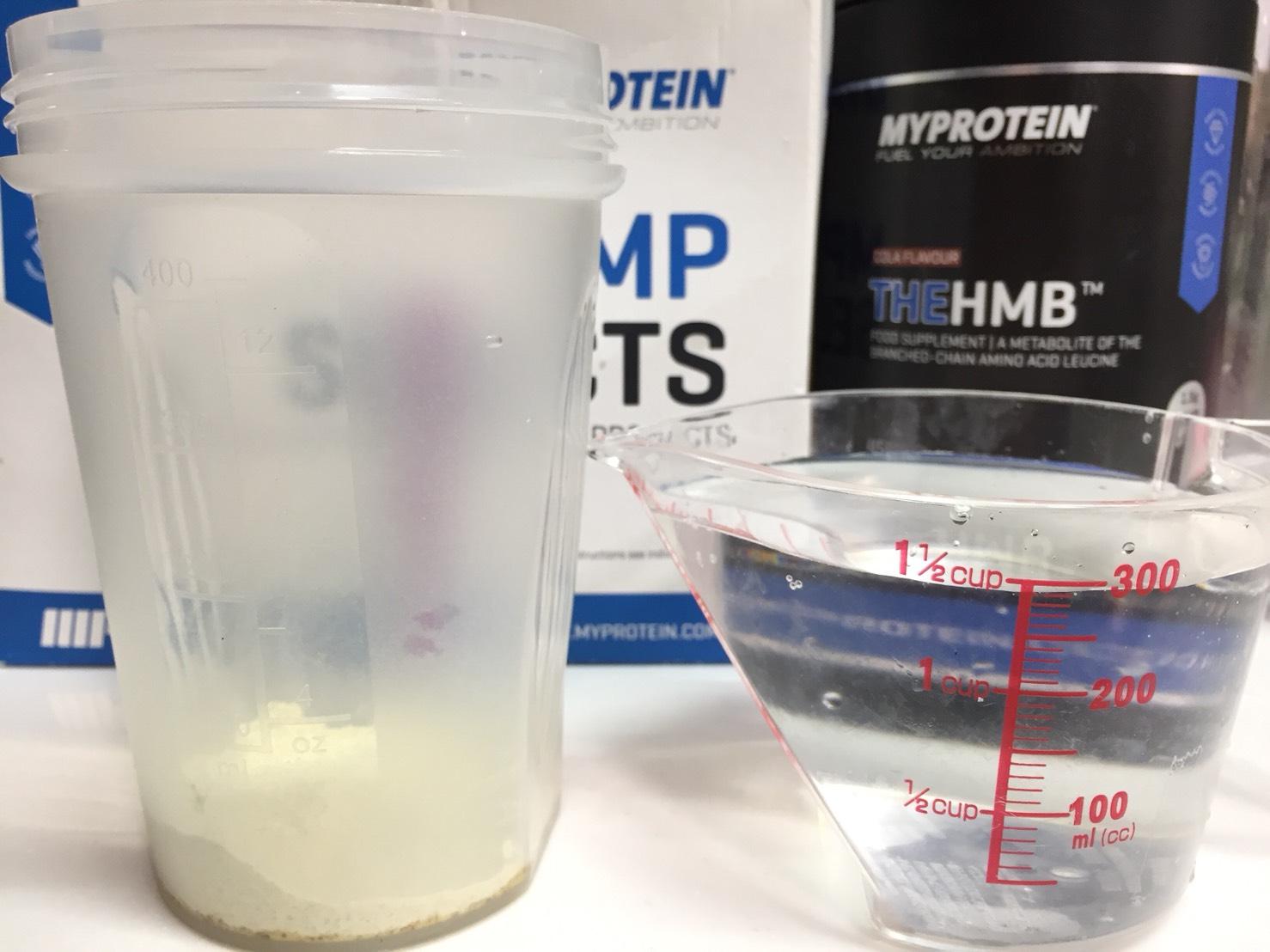 THE HMB「COLA(コーラ味)」を300mlの水に溶かし舞うs。