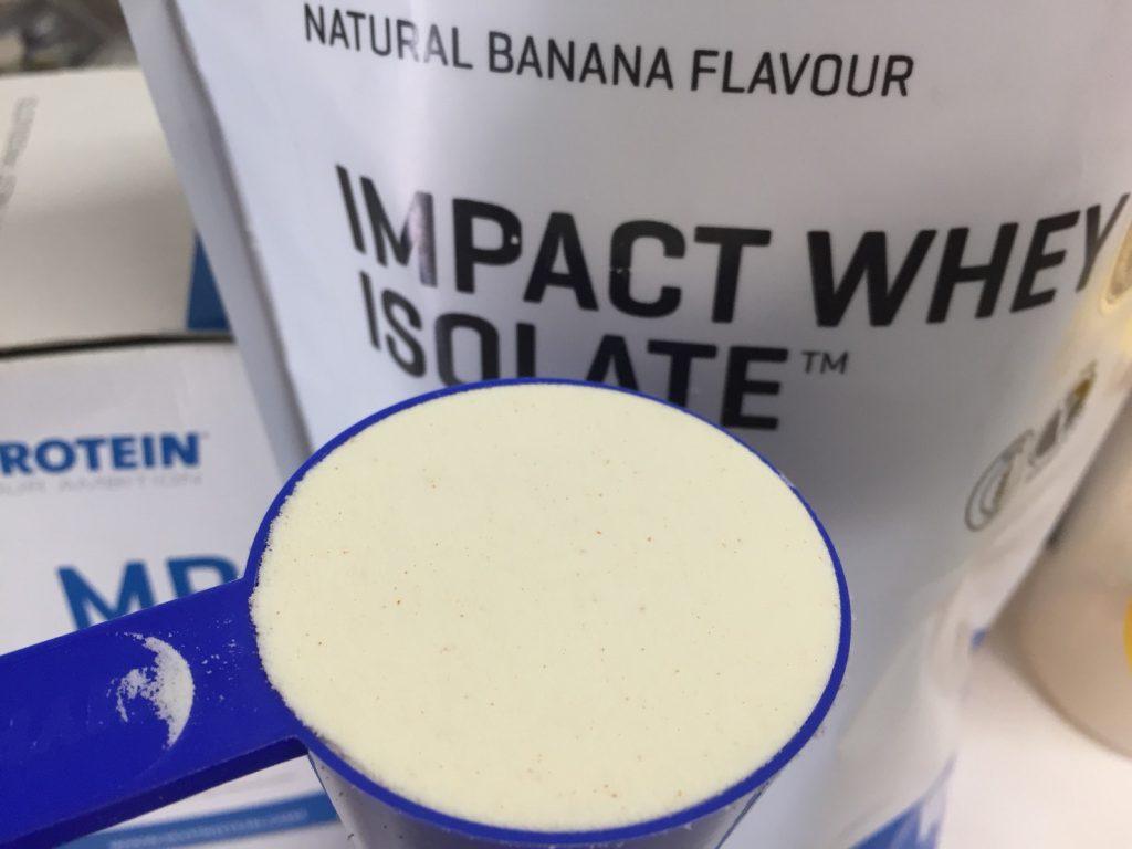 【WPI】Impactホエイアイソレート「NATURAL BANANA FLAVOUR(ナチュラルバナナ味)」のスプーン摺り切り一杯の様子