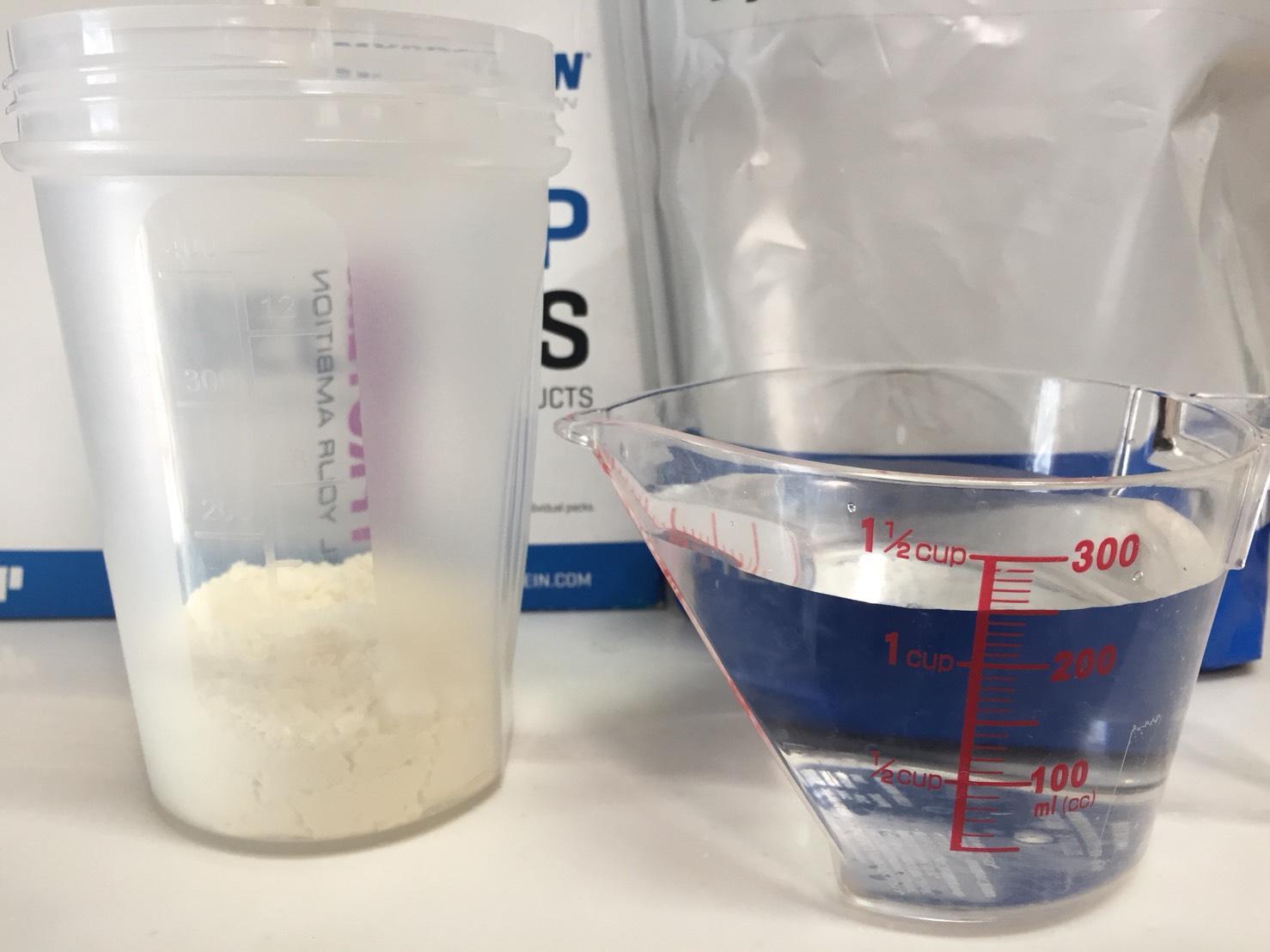 【WPI】Impactホエイアイソレート「NATURAL BANANA FLAVOUR(ナチュラルバナナ味)」を250mlの水に溶かします。
