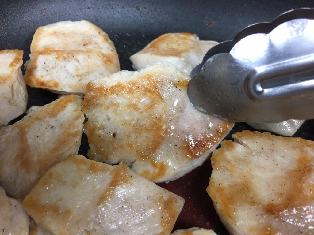 鶏胸肉をしっとり柔らかく焼く方法