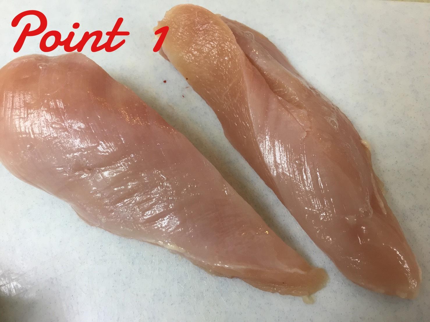 鶏胸肉を均等な大きさに切る