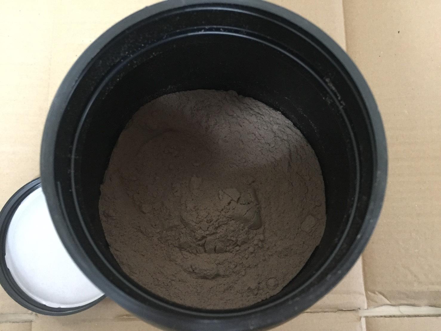 ゴールドスタンダードの付属スプーンは容器の奥底に埋まっています