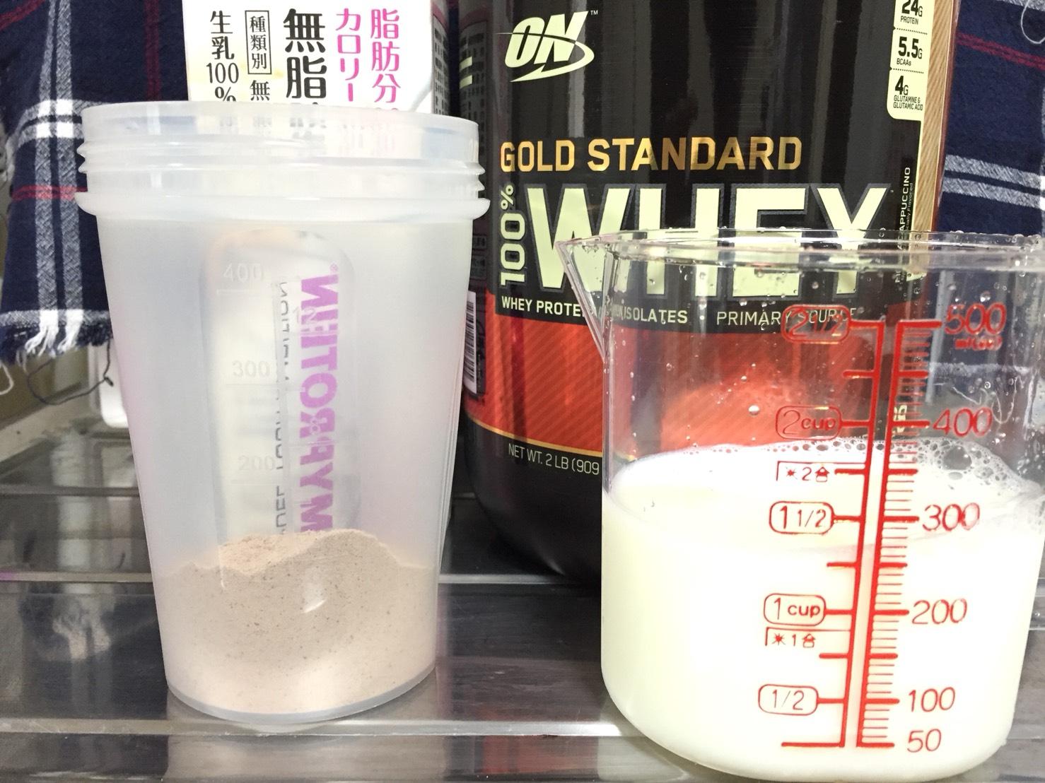 モカカプチーノ味を250mlの無脂肪牛乳で溶かします