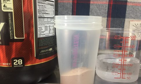 ゴールドスタンダード「エクストリームミルクチョコレート味」を200mlの水に溶かします
