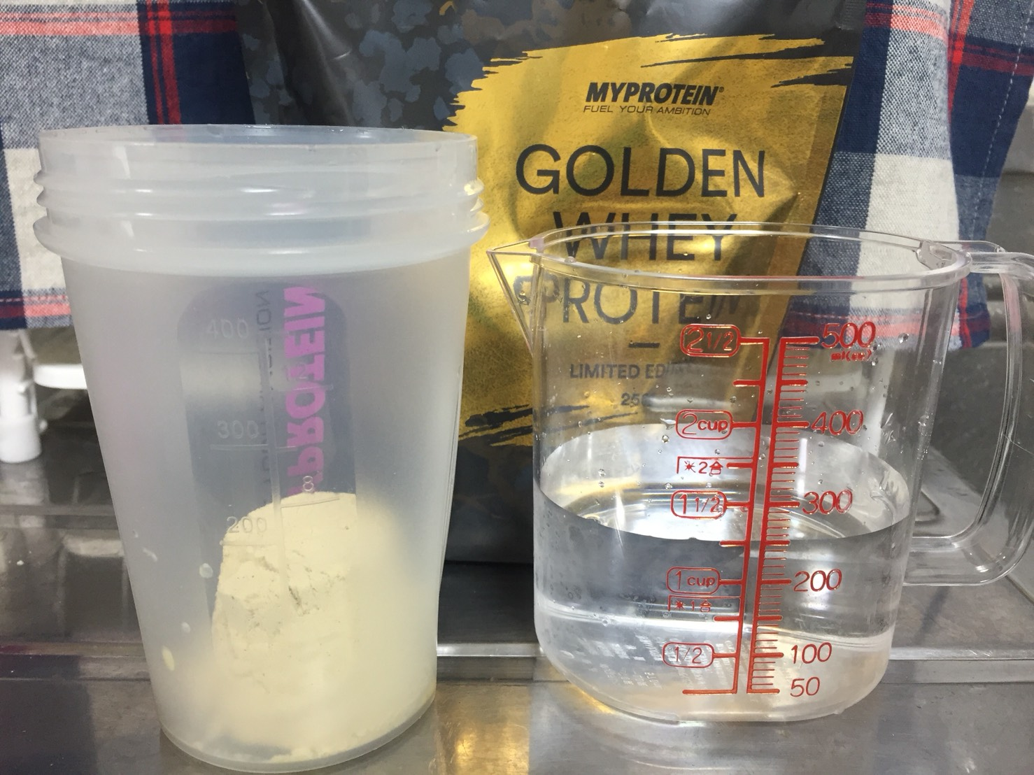 ゴールデンホエイプロテインを250mlの水で溶かします。
