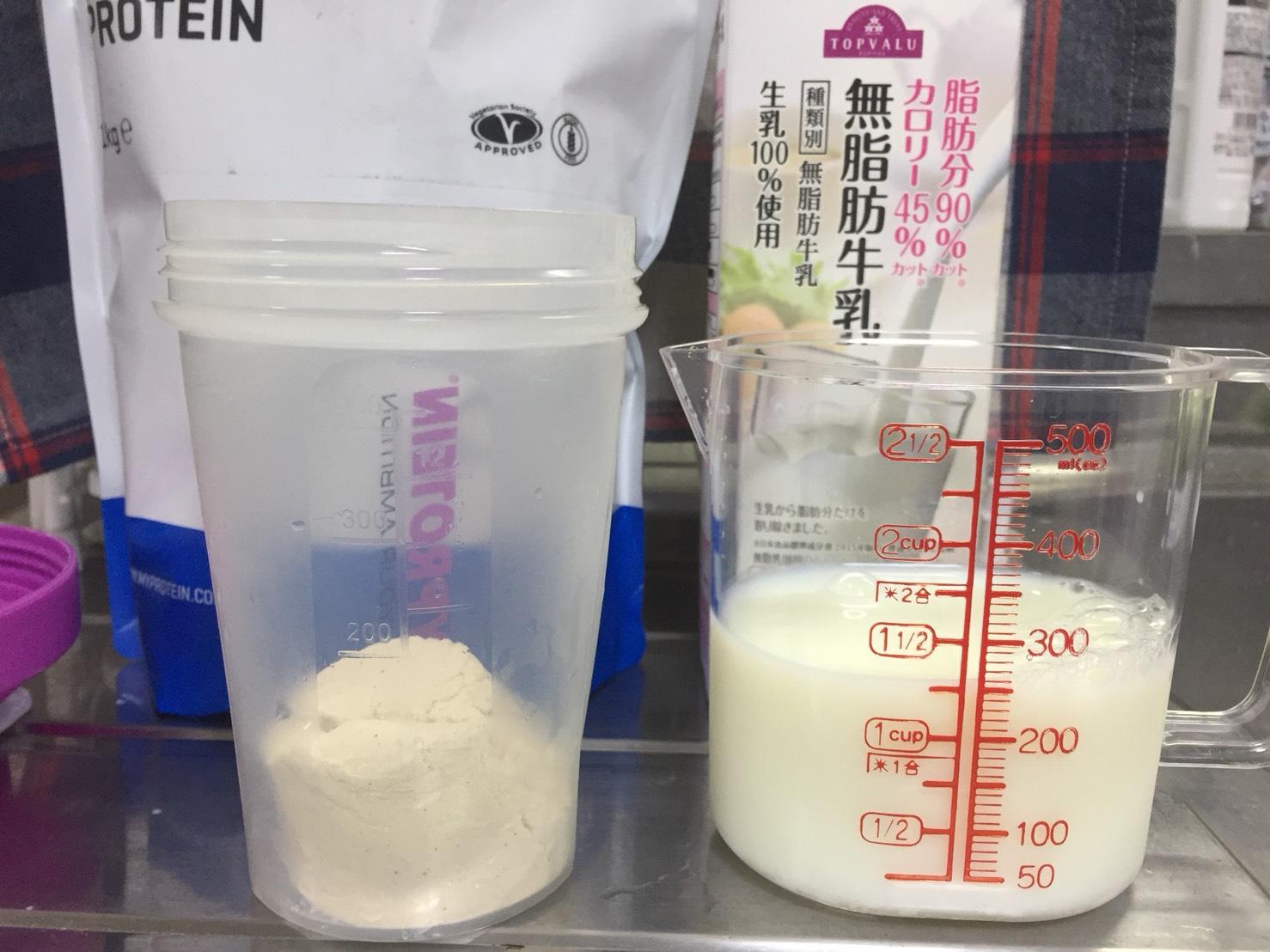 Impactホエイプロテイン「小豆味」を250mlの無脂肪牛乳に溶かします。