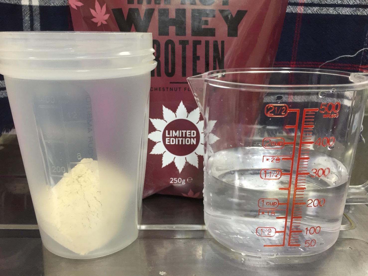 Impactホエイプロテイン「CHESTNUT FALVOUR(チェスナット・マロン・栗味)」を250mlの水で溶かします。