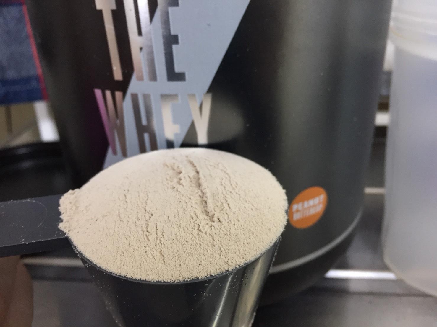 マイプロテインの「THE WHEY :ピーナッツバターカップ味」の粉末の様子