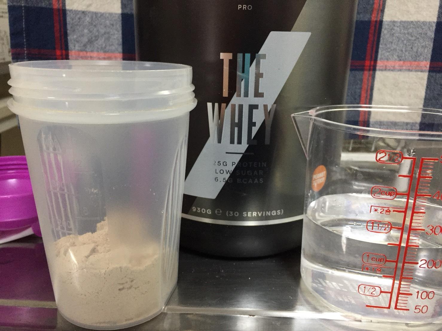 THE WHEY「ピーナッツバターカップ味」を250mlの水に溶かします