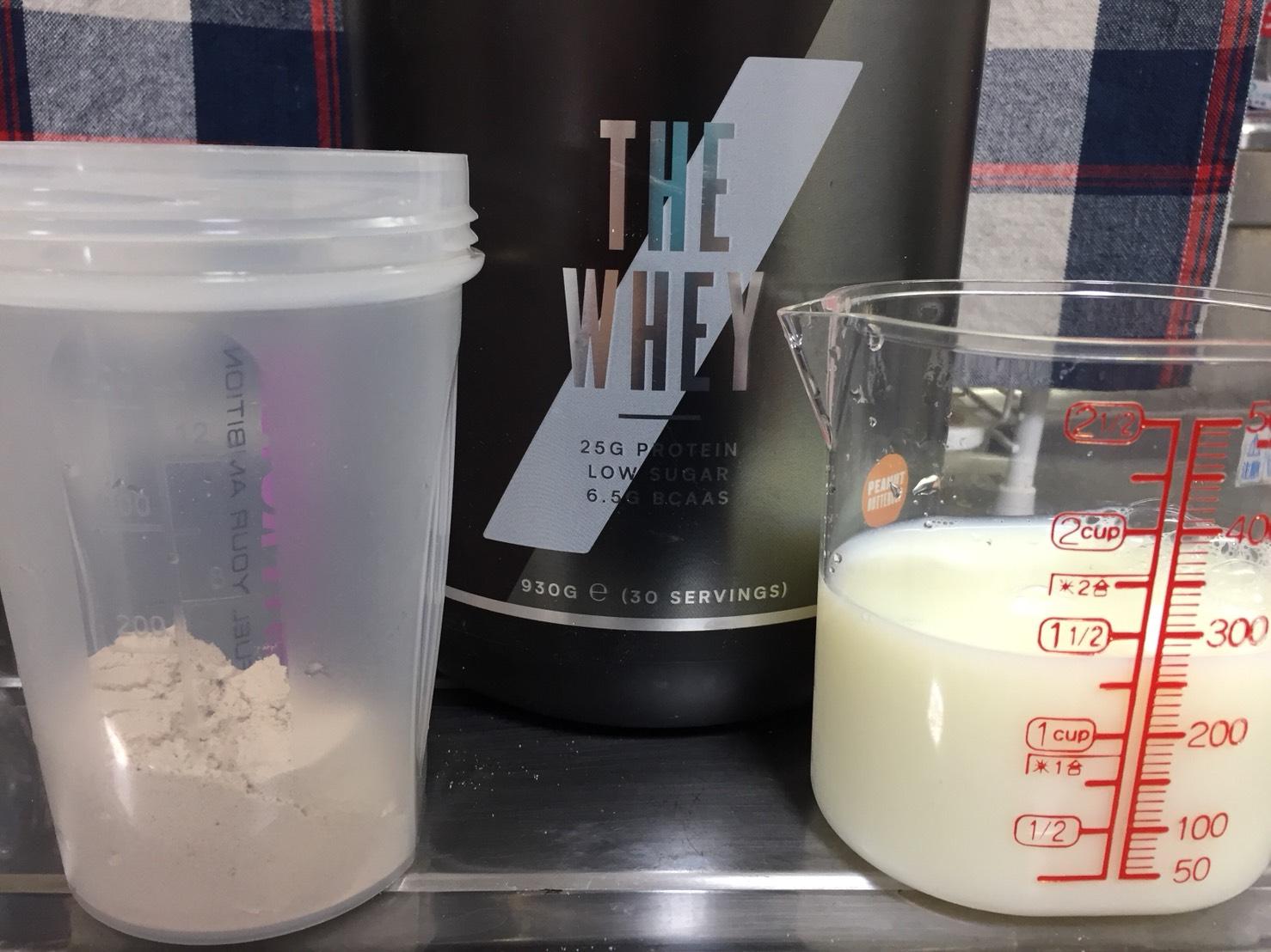 THE WHEY「ピーナッツバターカップ味」を250mlの無脂肪牛乳に溶かします
