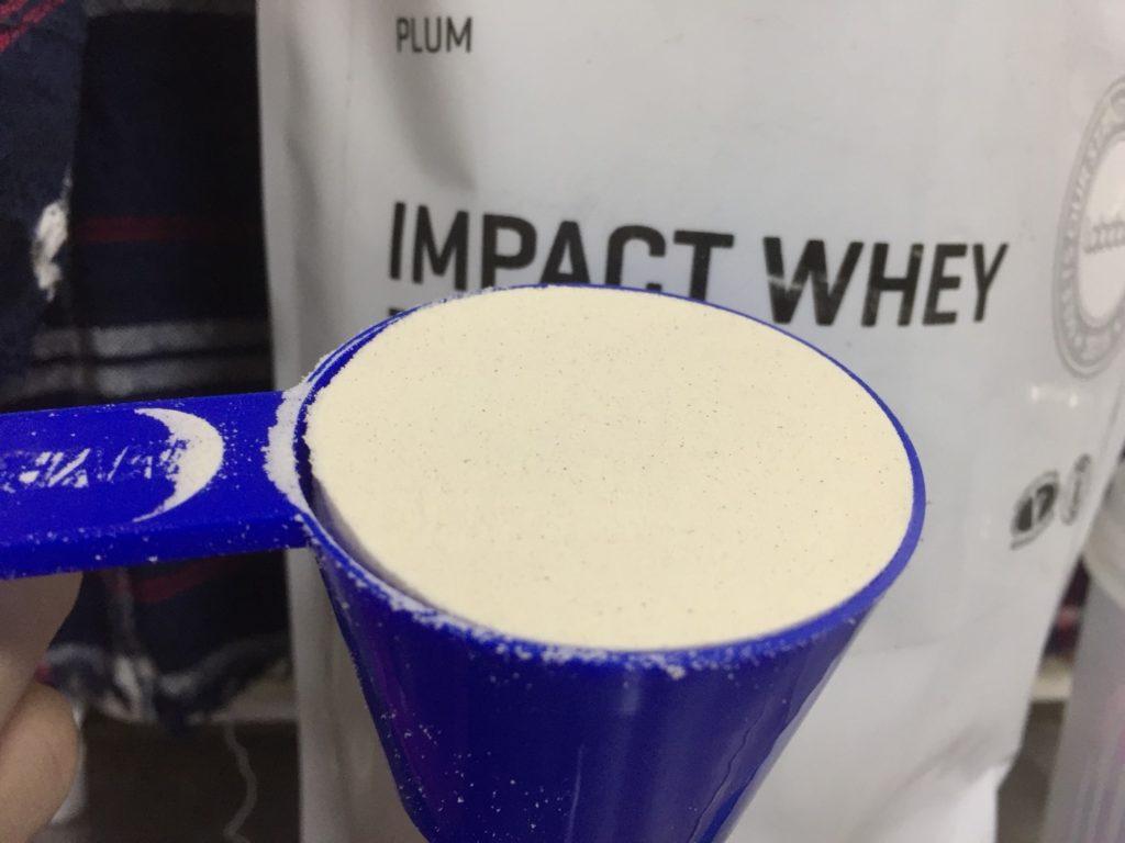 【WPC】Impactホエイプロテイン「プラム味」のスプーン摺り切り一杯の様子