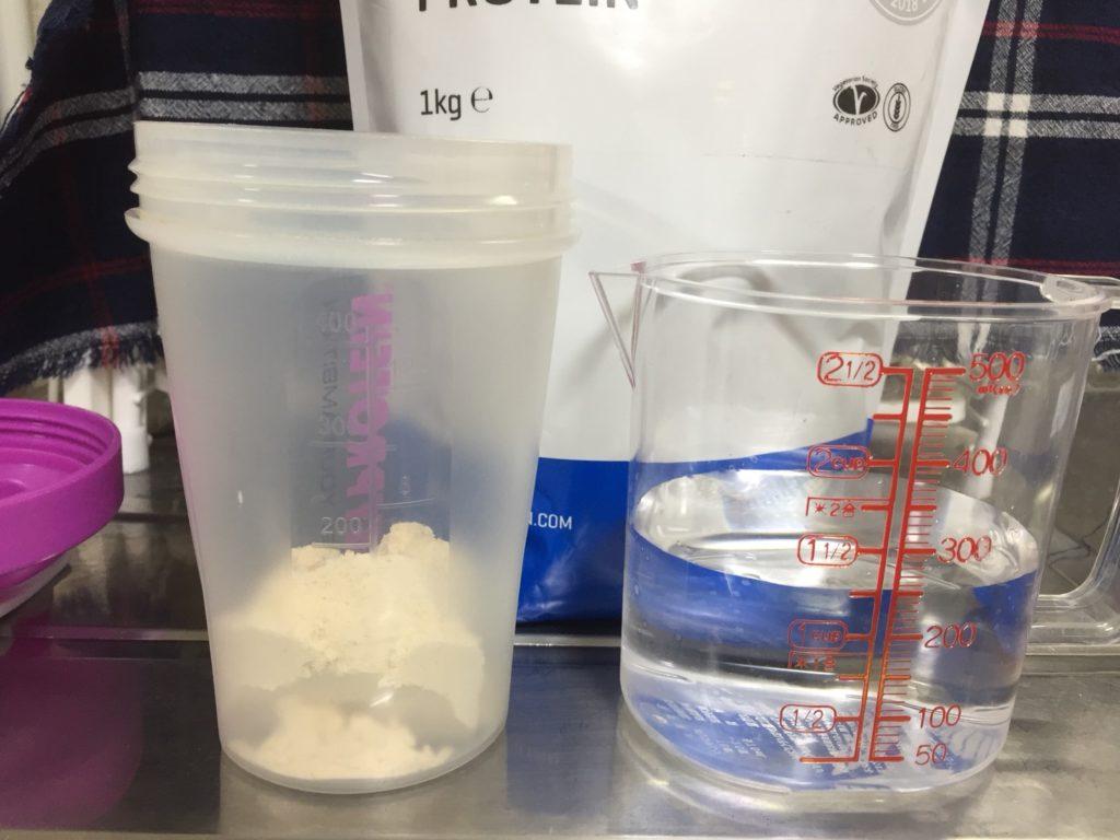 【WPC】Impactホエイプロテイン「プラム味」を250mlの水に溶かします。