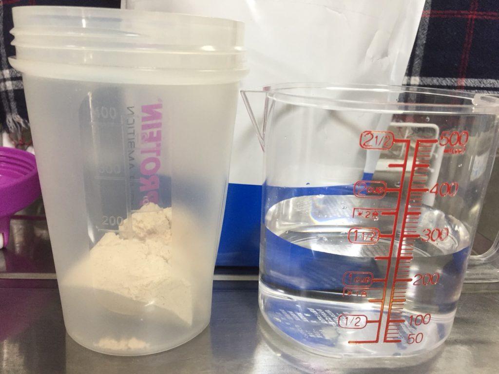 【WPC】Impactホエイプロテイン「サマーフルーツ味」を250mlの水に溶かします