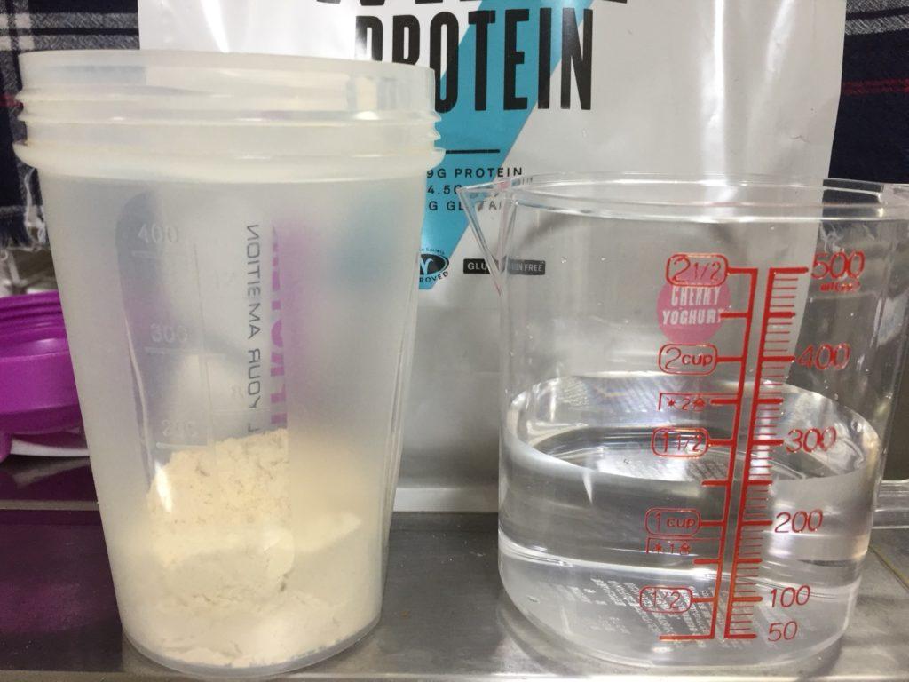 【WPC】Impactホエイプロテイン「チェリーヨーグルト味」を250mlの水に溶かしていきます。