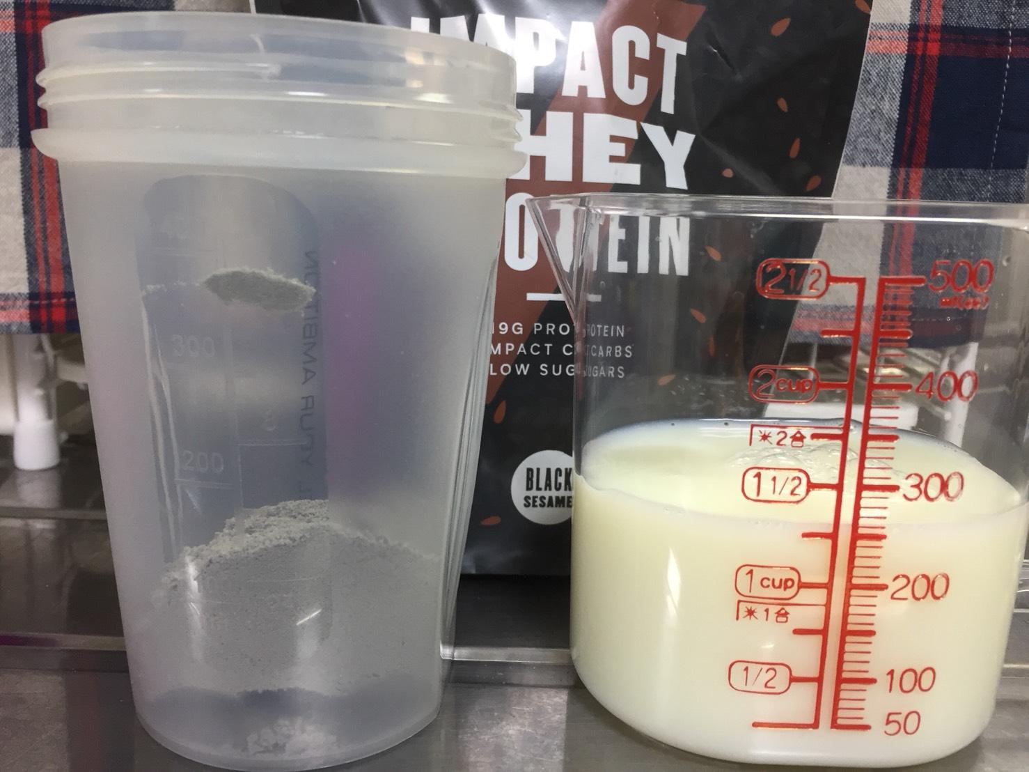 【WPC】Impactホエイプロテイン「黒ゴマ味」を250mlの無脂肪牛乳に溶かします