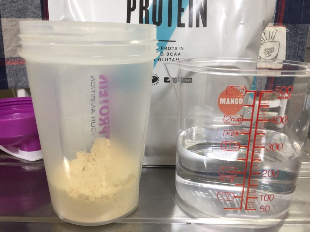 【WPC】Impactホエイプロテイン「マンゴー味」を250mlの水に溶かしていきます