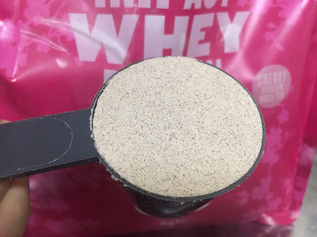 【WPC】Impactホエイプロテイン「チェリーブロッサムミルクティー味」の粉末の様子