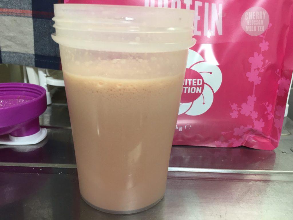 【WPC】Impactホエイプロテイン「チェリーブロッサムミルクティー味」を横から撮影した様子