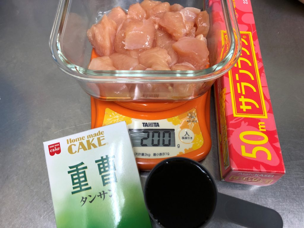 材料は鶏胸肉200g タンパク質(約44.6g分)、重曹 (マイプロスプーン 赤 1杯分)、調味液(マイプロスプーン1杯分 約70cc)