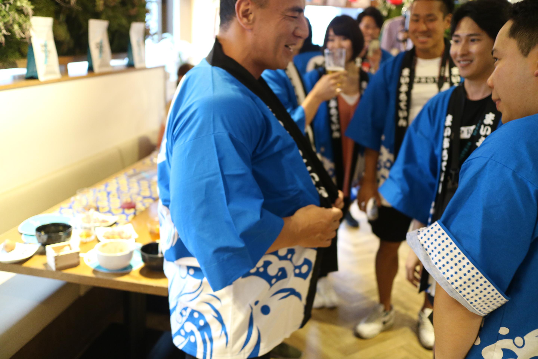 山本先生がデカすぎてハッピの袖が通りません。