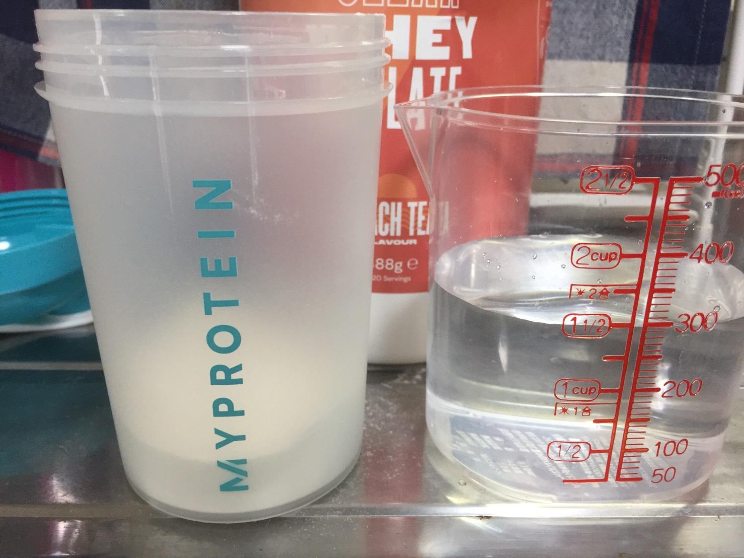 ピーチティー味(PEACH TEA)を300mlの水に溶かします