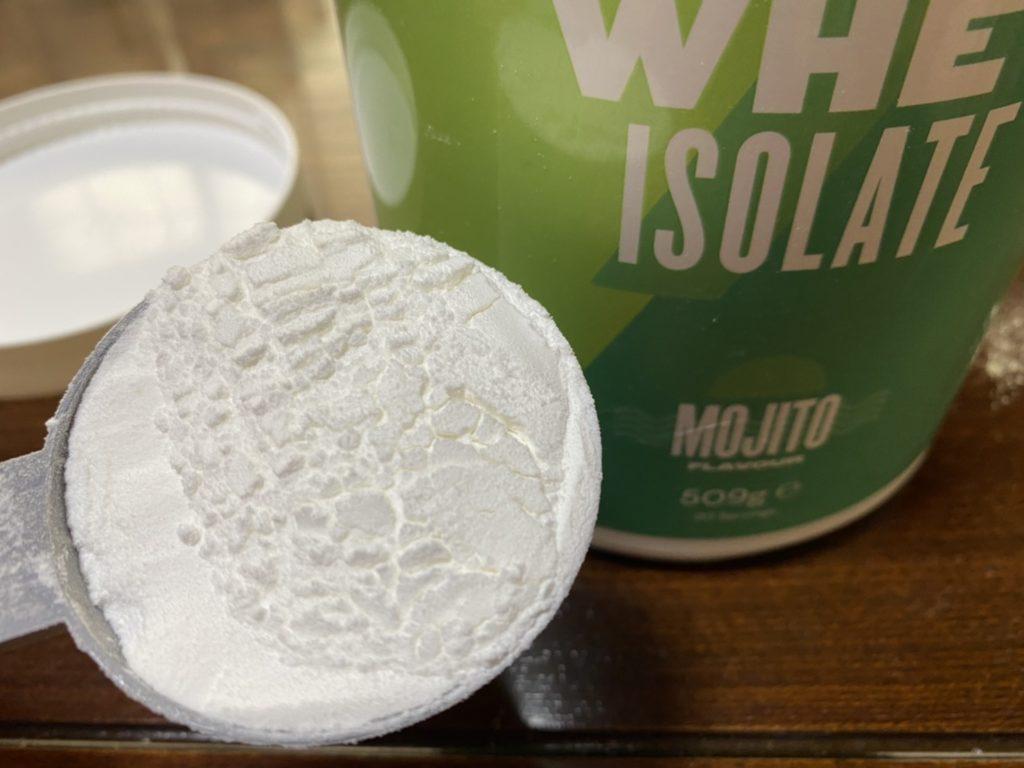 クリアホエイアイソレート:モヒート味の粉末の様子