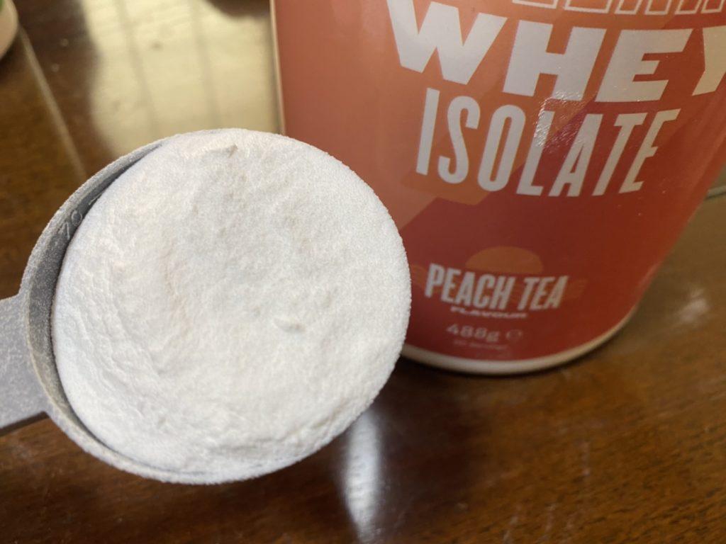 クリアホエイアイソレート:ピーチティー味の粉末の様子