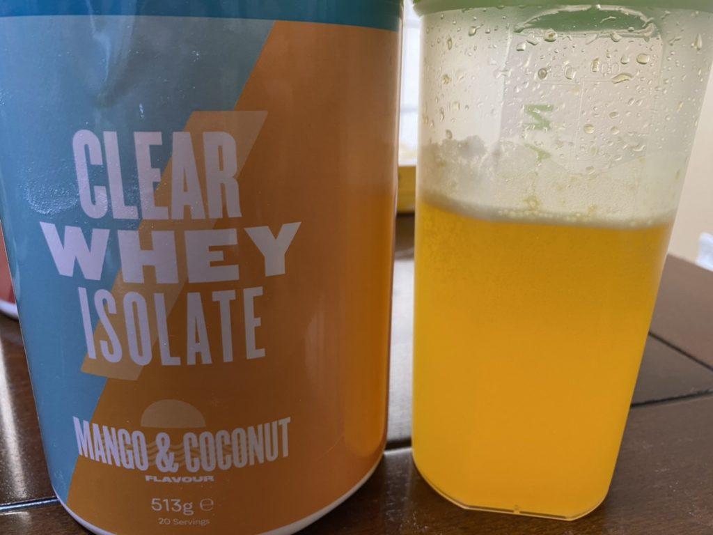 クリアホエイアイソレート:マンゴー&ココナッツ味を水に溶かした様子