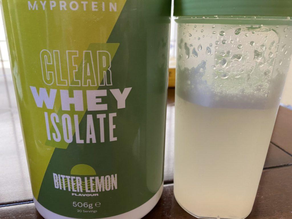 クリアホエイアイソレート:ビターレモン味を水に溶かした様子