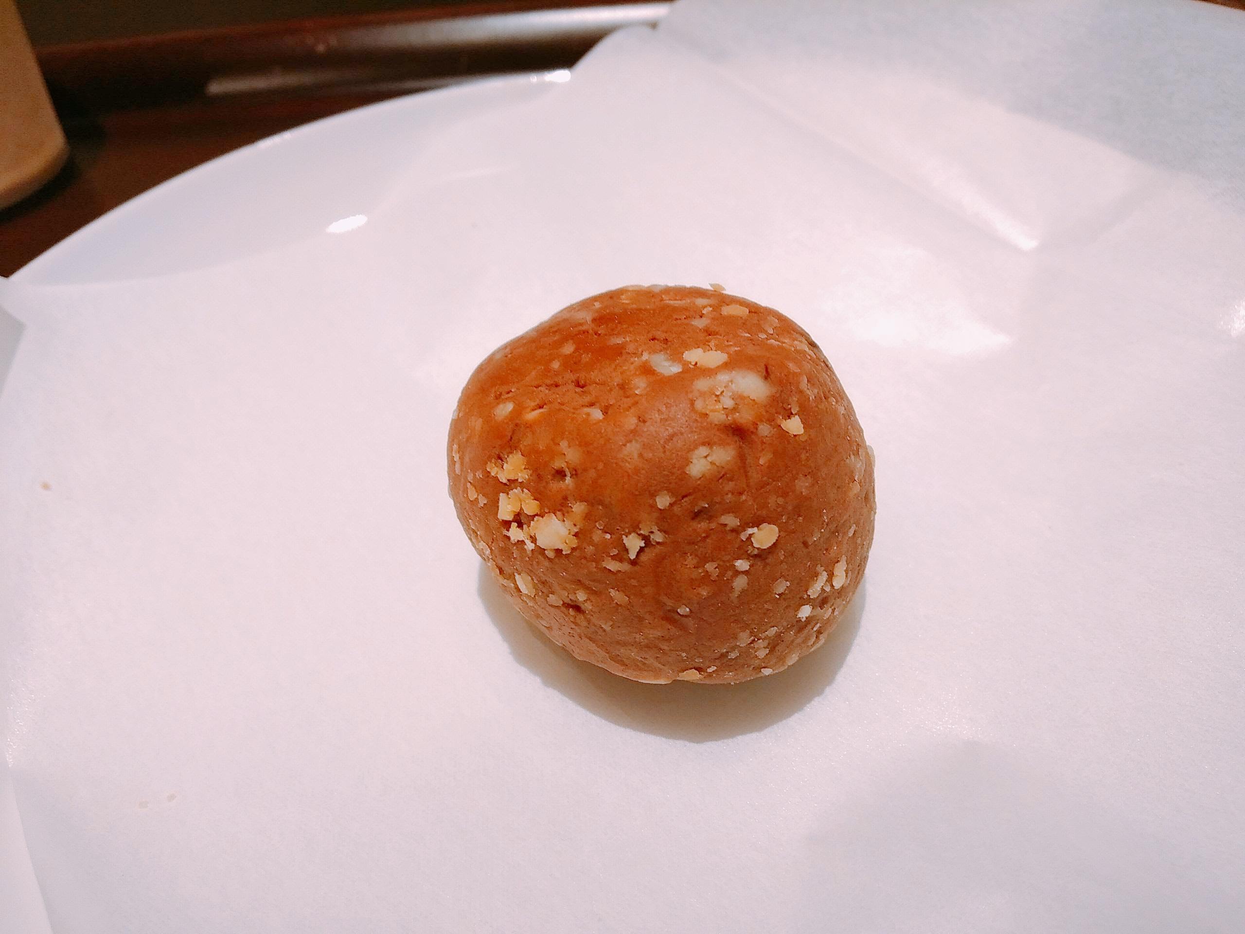 マイプロテインの「ビーガンプロテインボール:ピーナッツ味」の様子