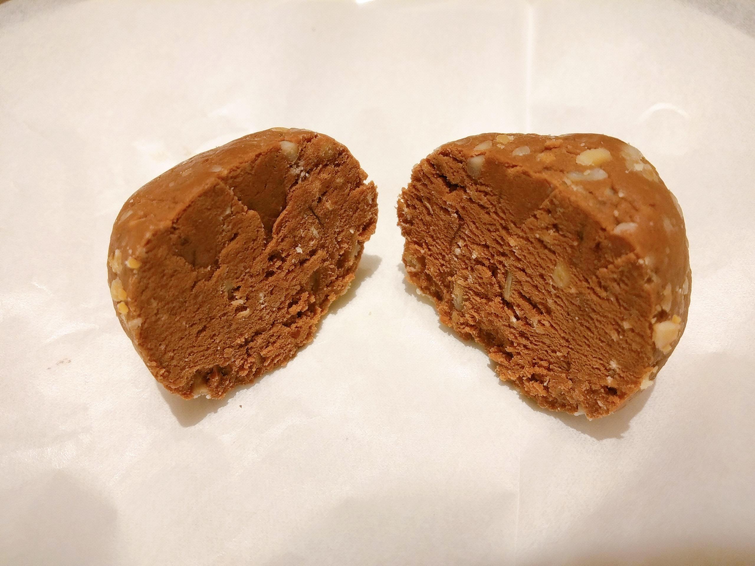 マイプロテインの「ビーガンプロテインボール:ピーナッツ味」の断面の様子
