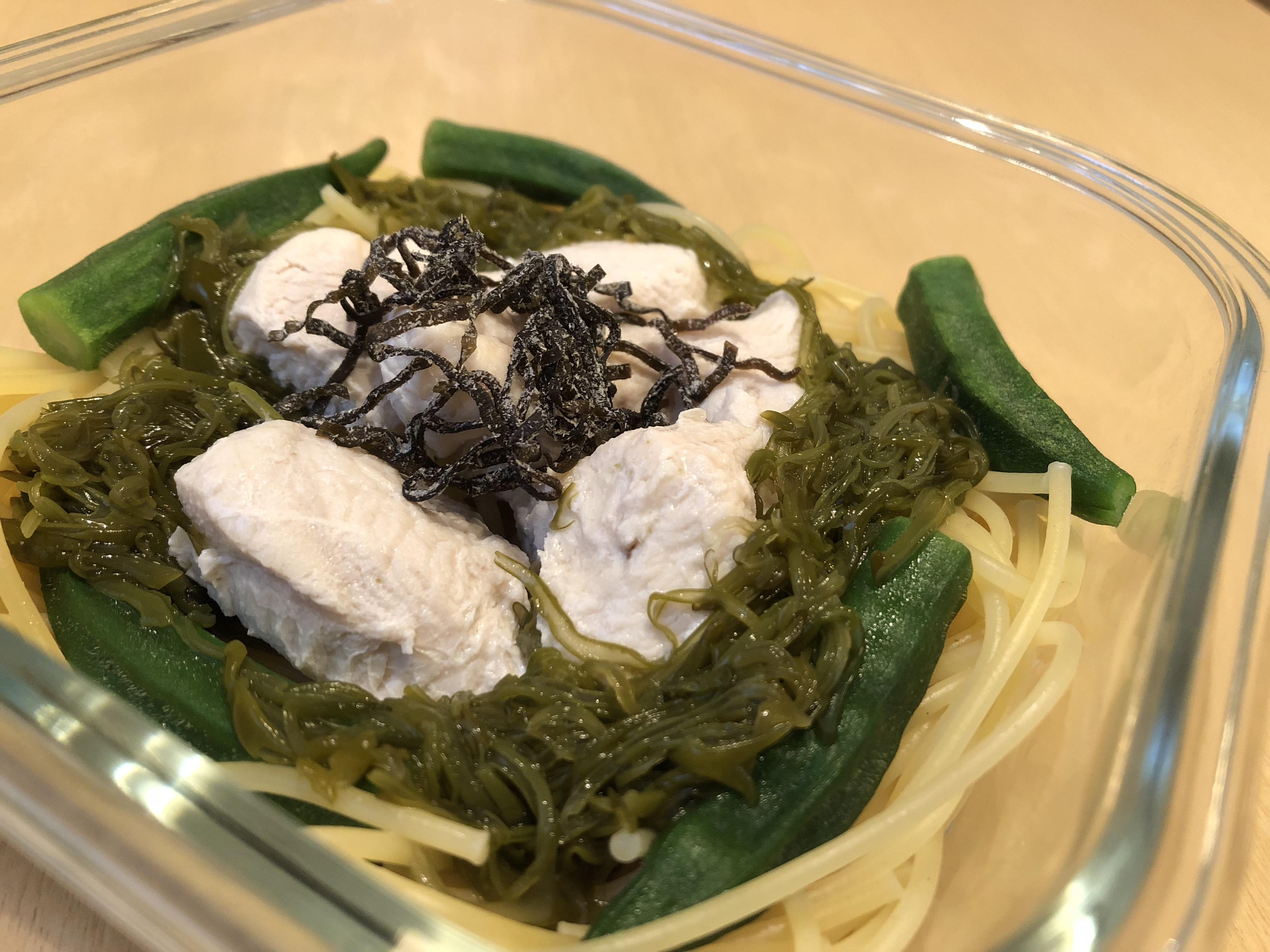 茹でた鶏胸肉 + めかぶ・冷凍オクラ・塩昆布 + めんつゆ