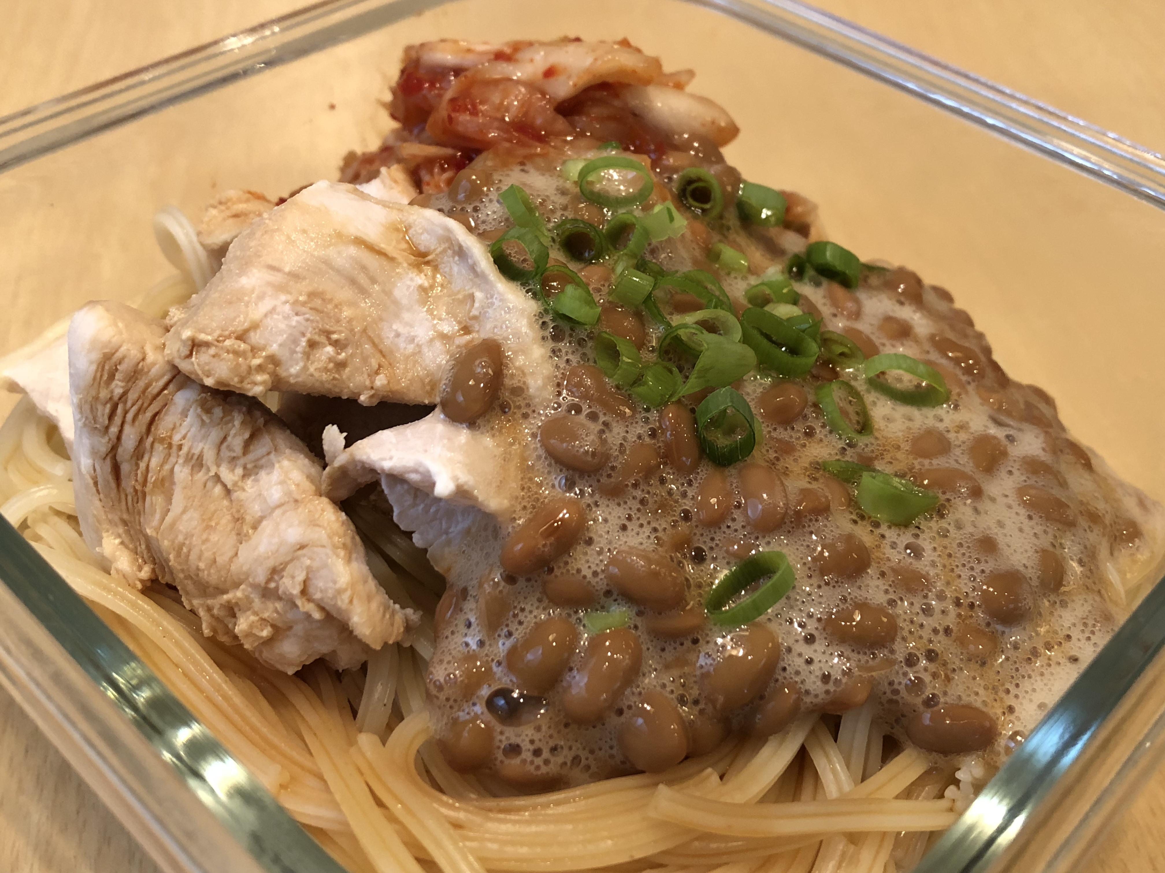 茹でた鶏胸肉 + 納豆・キムチ + 醤油少々 + 温泉卵