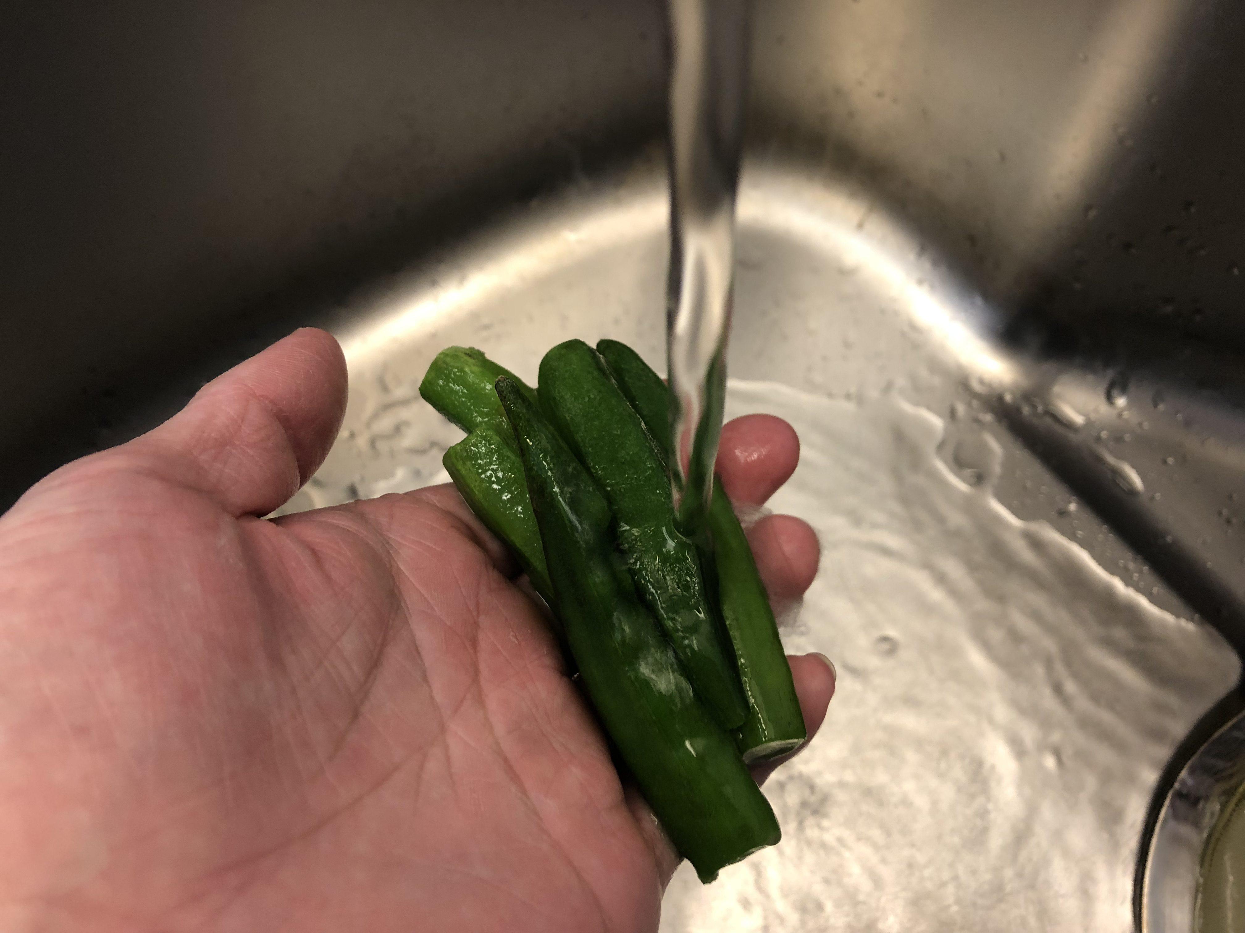 電子レンジの待ち時間中に、野菜の準備をする。