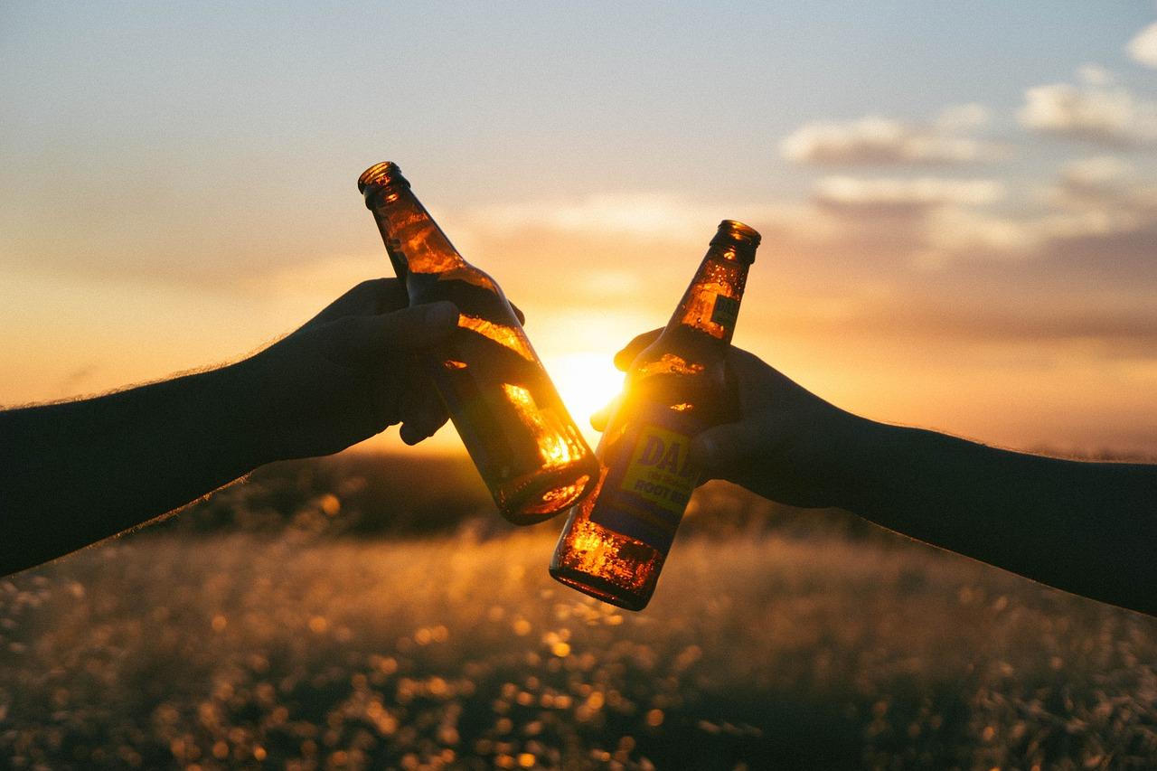 筋トレとアルコールは相性が悪い。それでもお酒を飲む場合に気を付けたい量やタイミングを紹介。