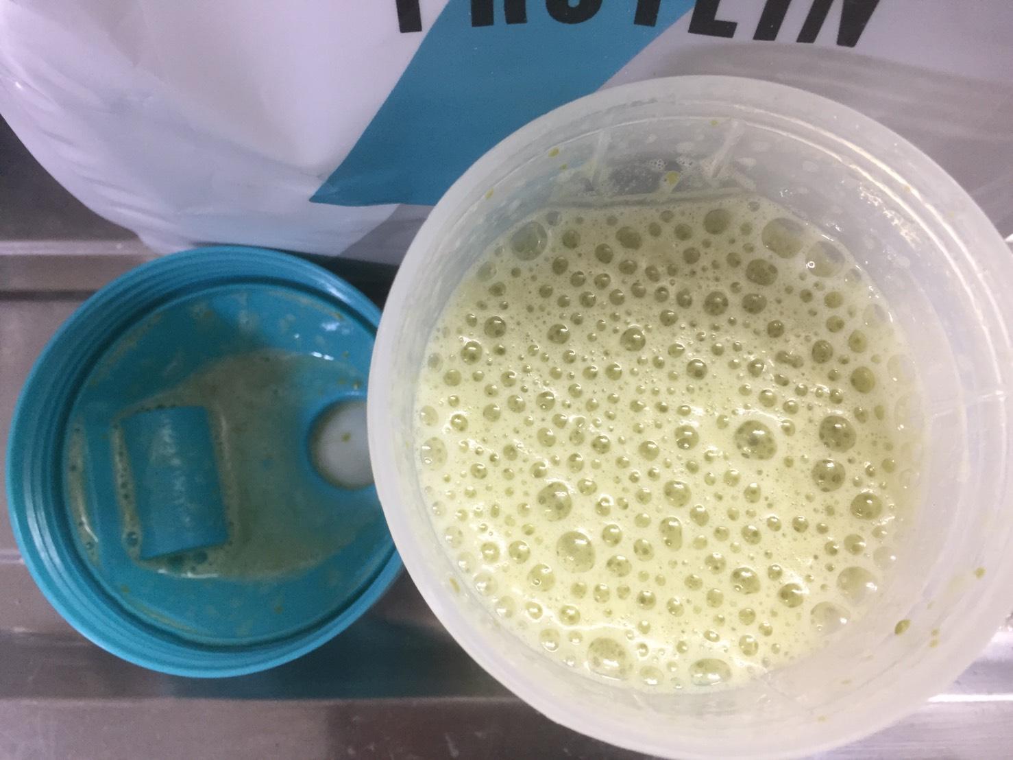 Impactホエイプロテイン:抹茶ラテ味を250mlの水で溶かした様子