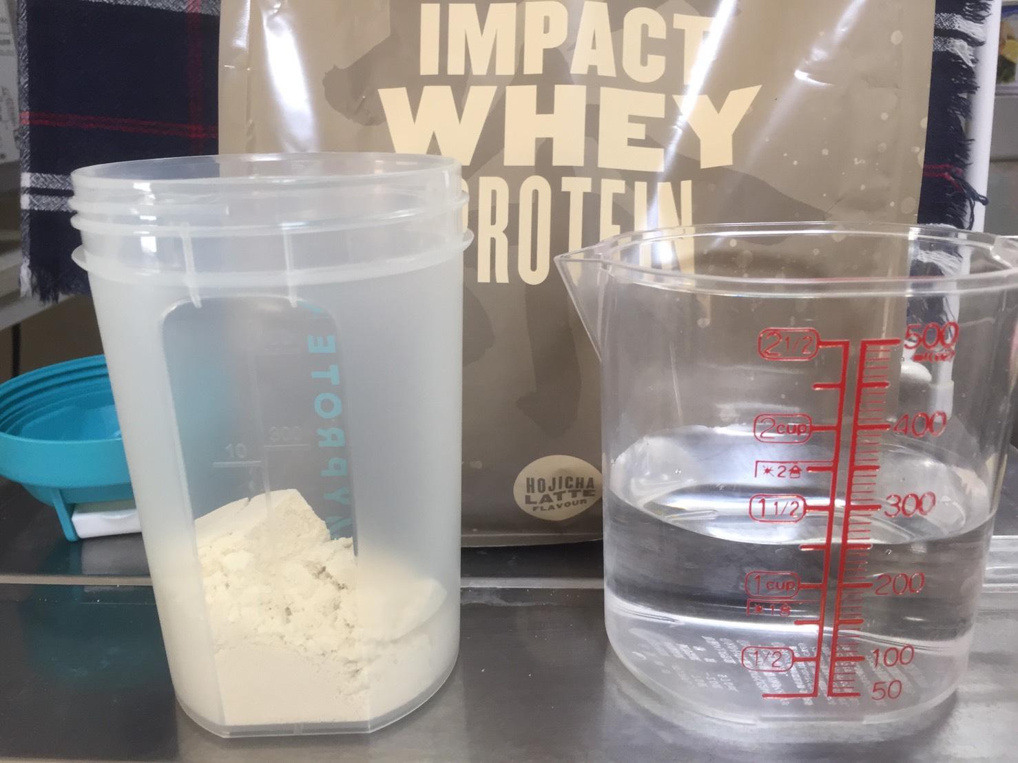 【WPC】Impactホエイプロテイン「ほうじ茶ラテ味」を250mlの水を溶かします。