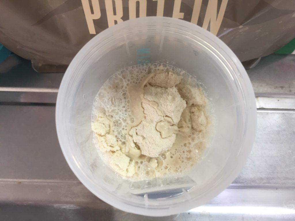 【WPC】Impactホエイプロテイン「ほうじ茶ラテ味」を250mlの無脂肪牛乳を注ぎます