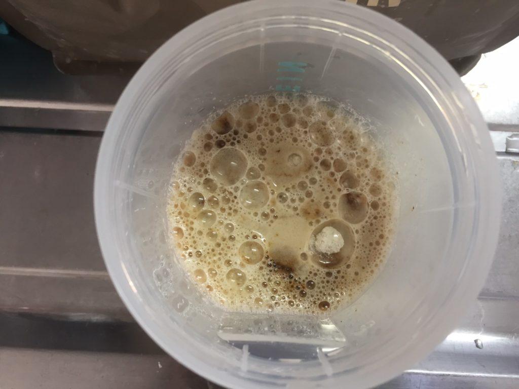 【WPC】Impactホエイプロテイン「ほうじ茶ラテ味」を250mlの水+コーヒーを注ぎます
