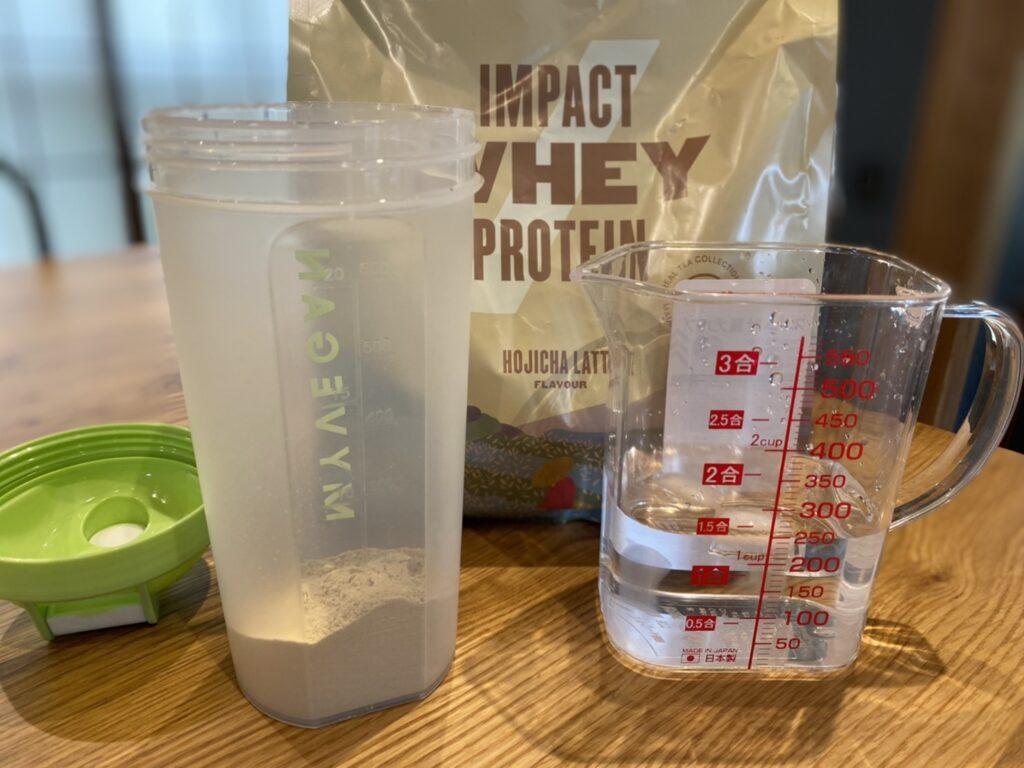 Impactホエイプロテイン:ほうじ茶ラテ味を水で溶かします