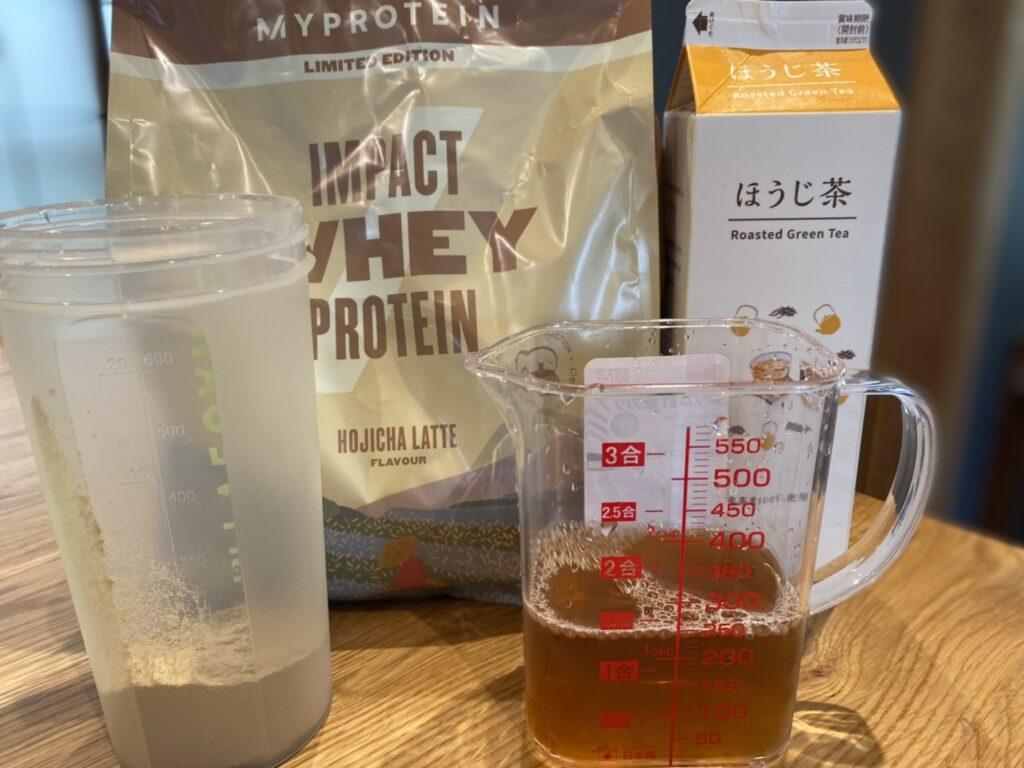 Impactホエイプロテイン:ほうじ茶ラテ味をほうじ茶で割った様子